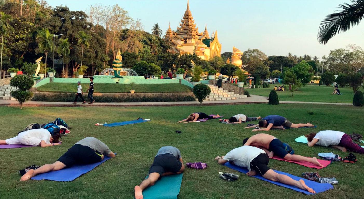 Viaje yoga Myanmar - Practicando yoga | apasho yoga