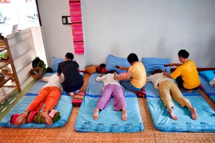Viaje yoga Tailandia - Prácticas en curso de masaje tailandés | apasho yoga