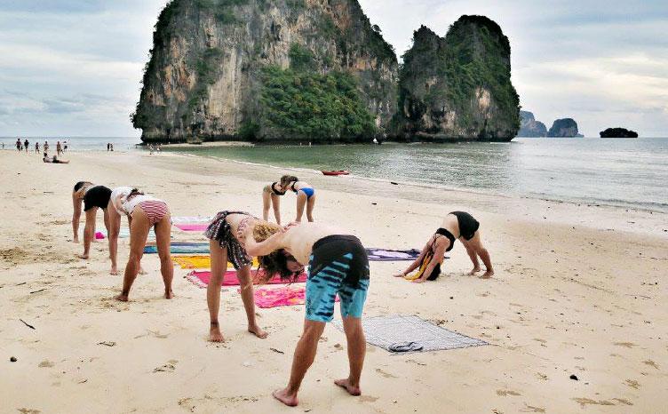 Yoga en playa de Krabi - Tailandia | viajar haciendo yoga - Apasho