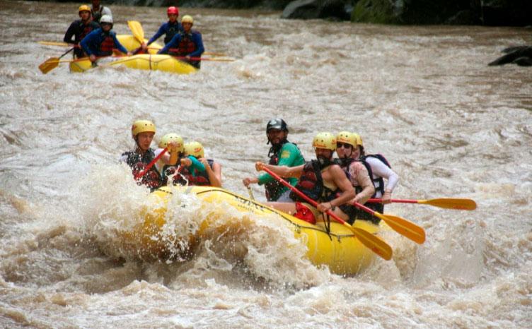 Rafting en río Pacuare | viajar haciendo yoga - Apasho